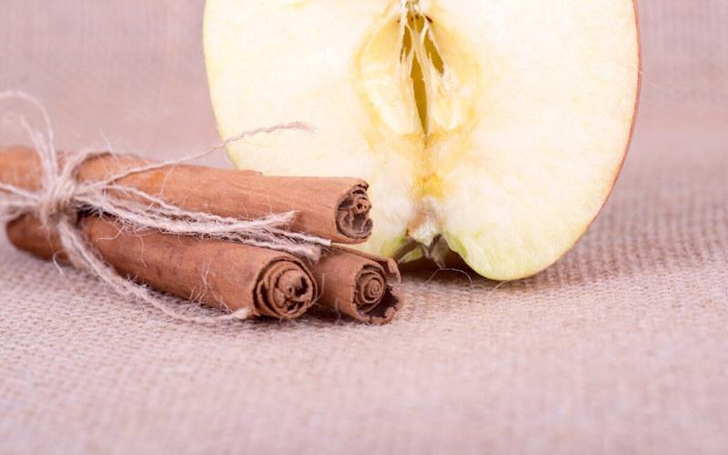 Tisana con la buccia di mela e la cannella