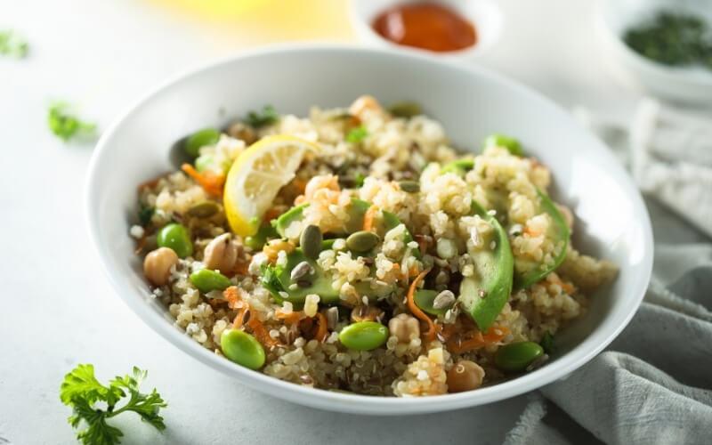Insalata di avocado con quinoa e pomodorini