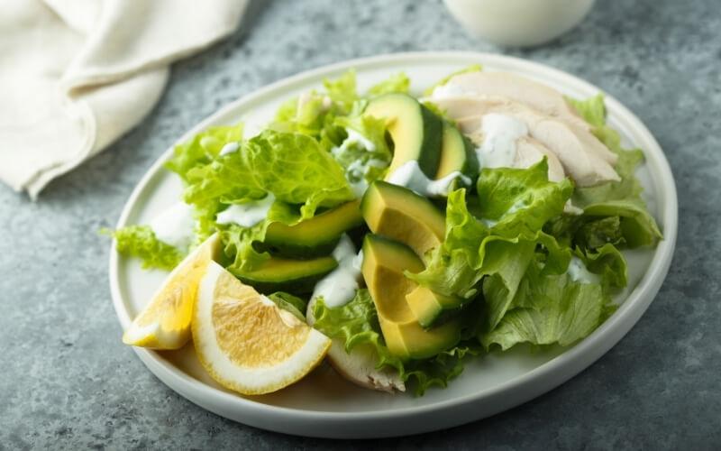 insalata avocado e pollo