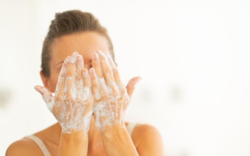 detergere viso delicatamente